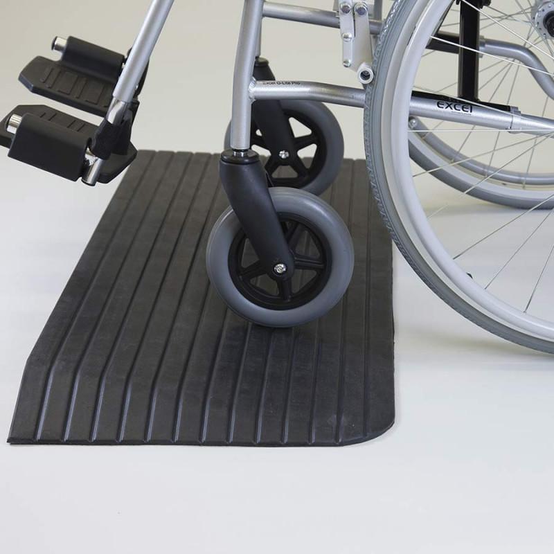 Rampe pmr en caoutchouc pour petites marches et seuils de porte for Porte handicape